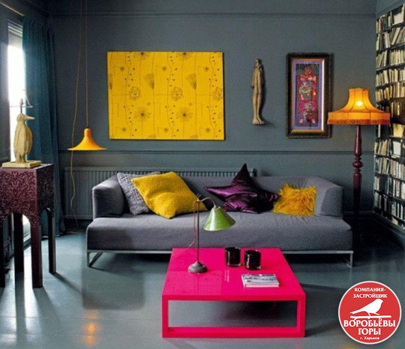 Один из самых популярных дизайнов гостинок – сочетание стен пастельных тонов и мебели ярких оттенков